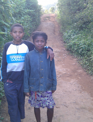 Madagascar - Forest - kids on walk - 2