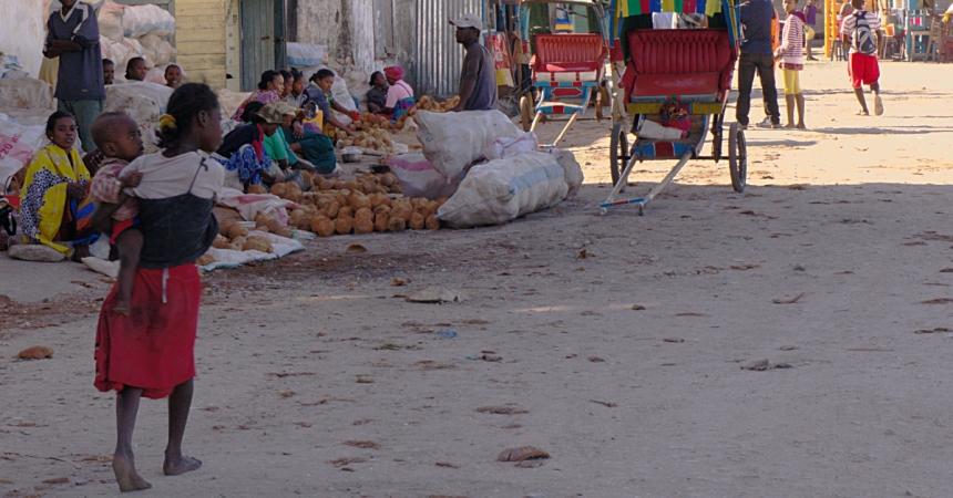 Mahajanga - dusty girl, kid, coconuts