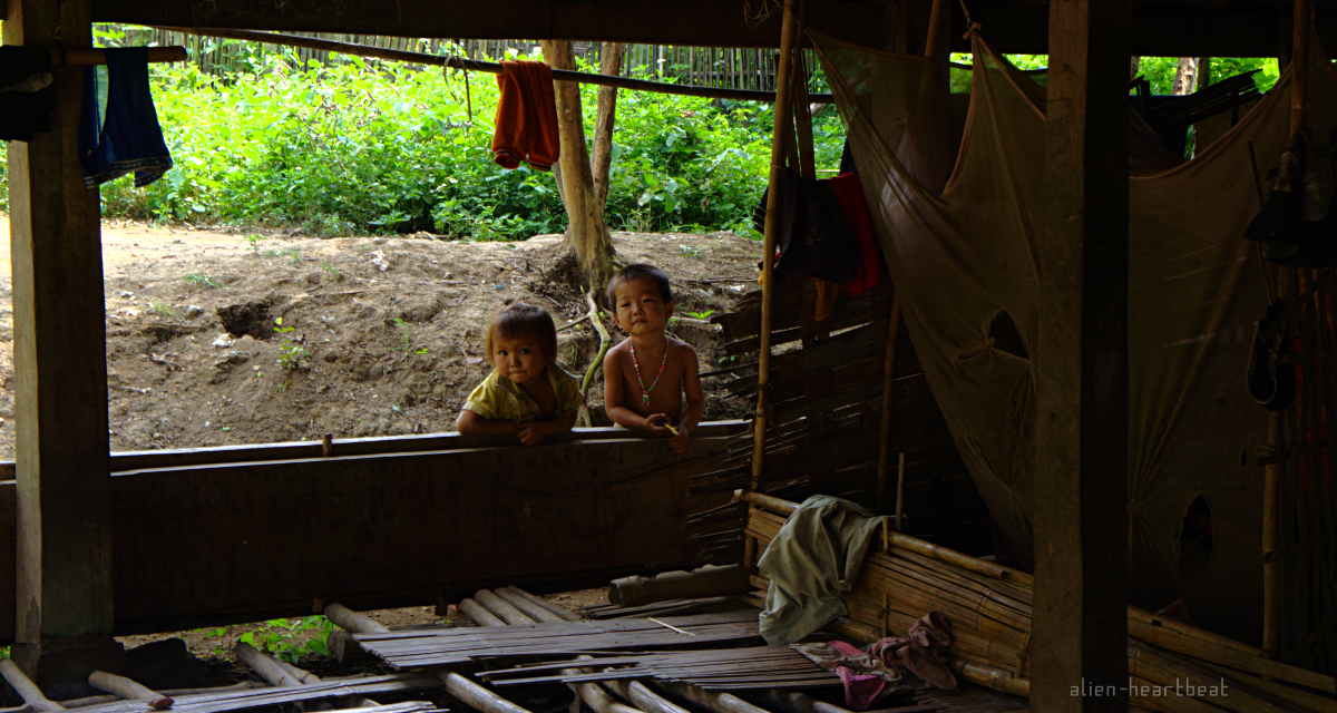 Laos-Khmu_village-2_little_kids