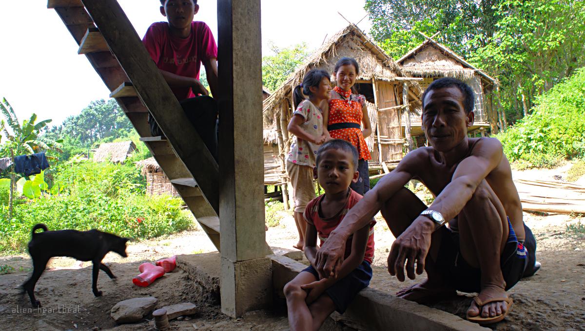 Laos-Khmu_village-talking
